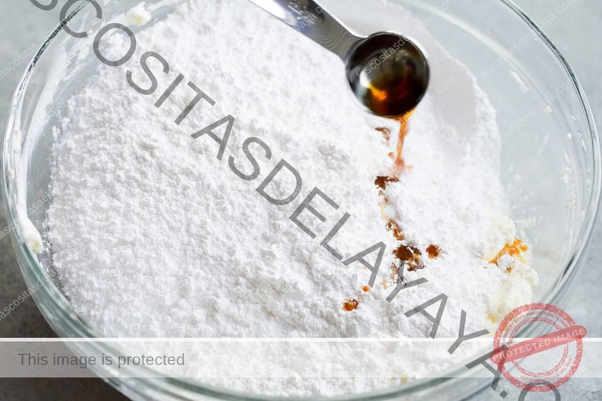 Se agrega azúcar en polvo y vainilla al bol con mantequilla y queso crema.