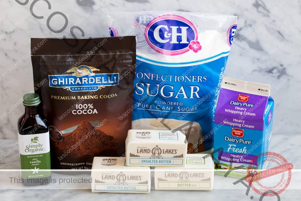 ingredientes para el glaseado de crema de mantequilla de chocolate