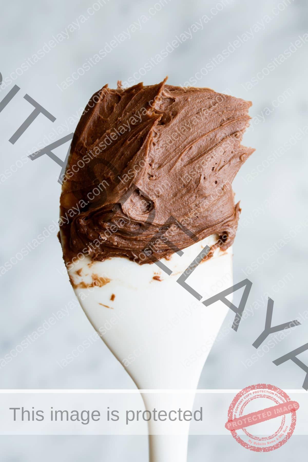 Glaseado de chocolate en una espátula