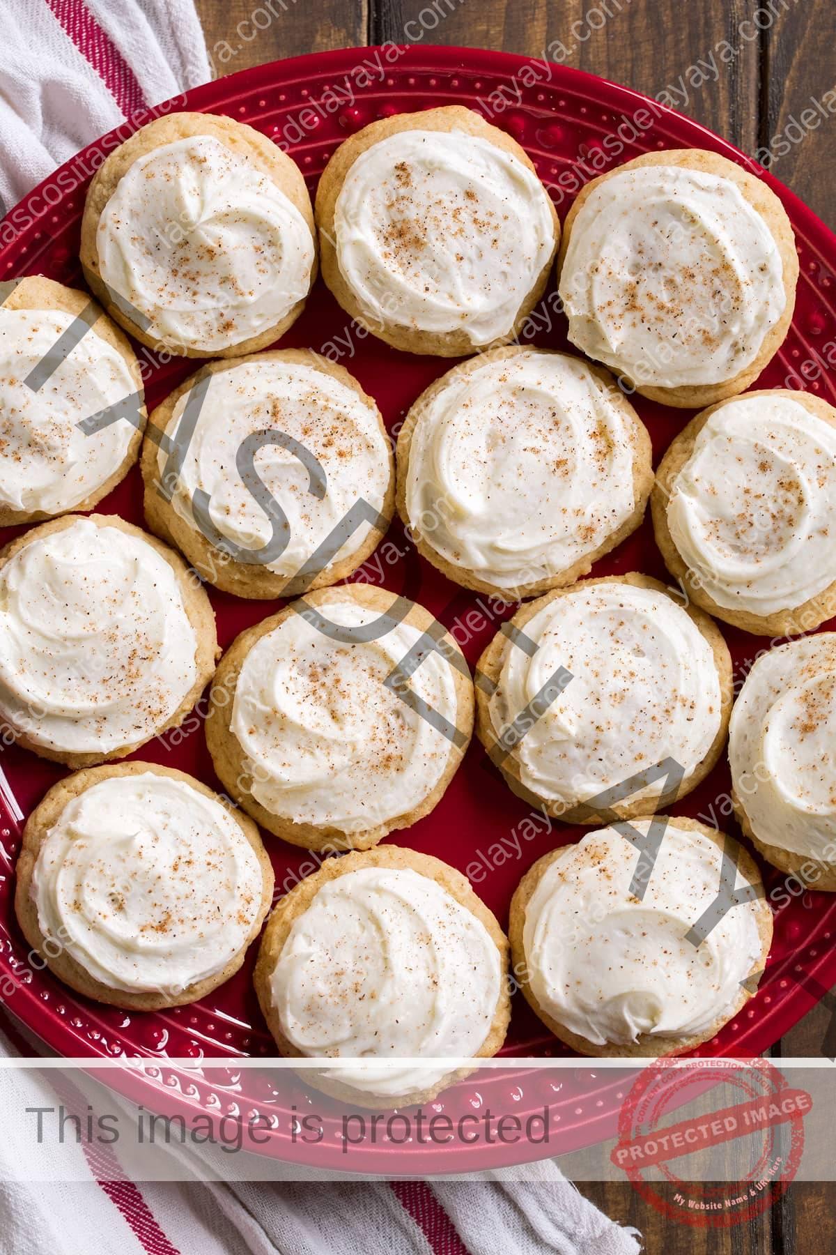 Plato rojo lleno de 14 galletas de ponche de huevo congeladas.