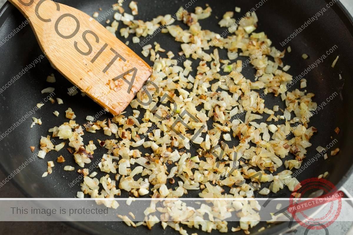 Refogue a cebola e o alho na manteiga em uma frigideira grande.