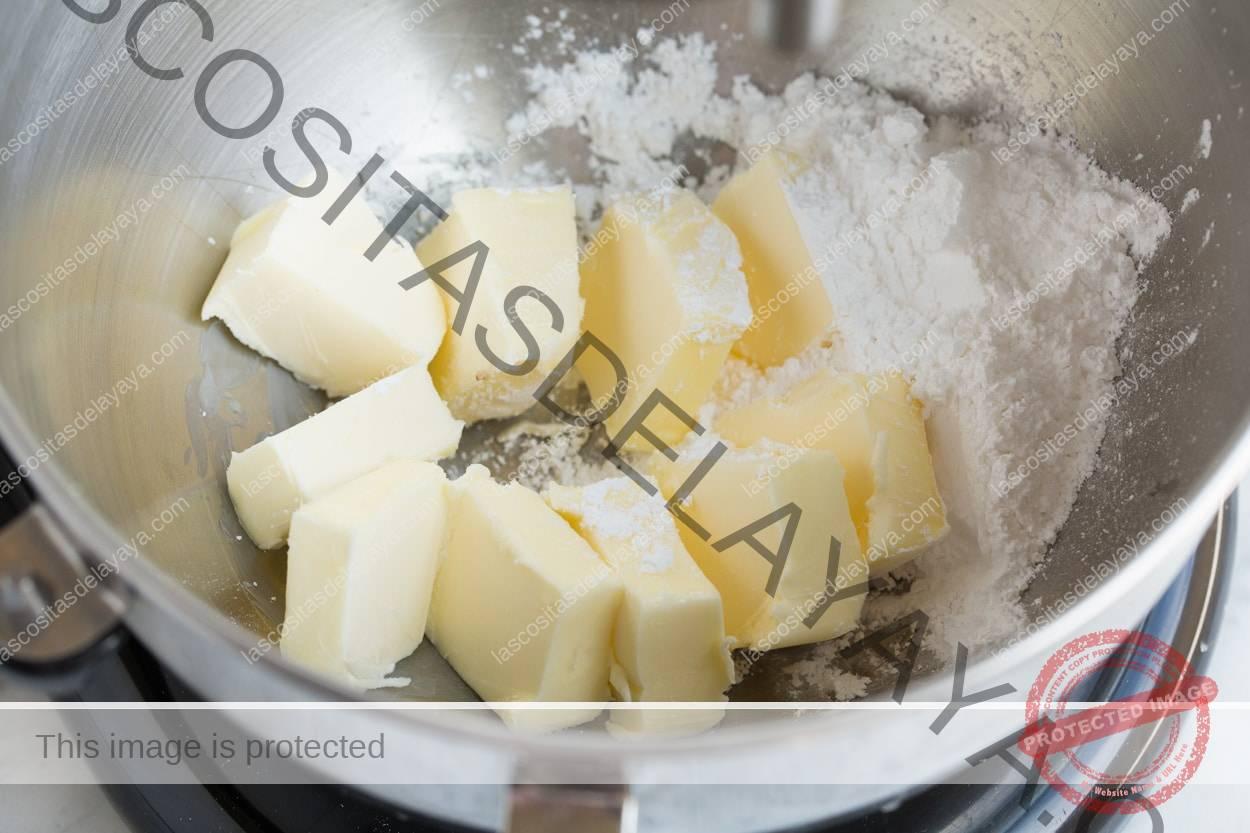 Mezclar mantequilla y azúcar en polvo en una batidora eléctrica para galletas de boda mexicanas