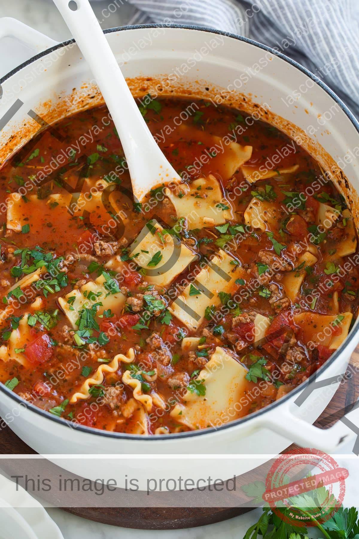 Sopa de lasaña en una cacerola grande.