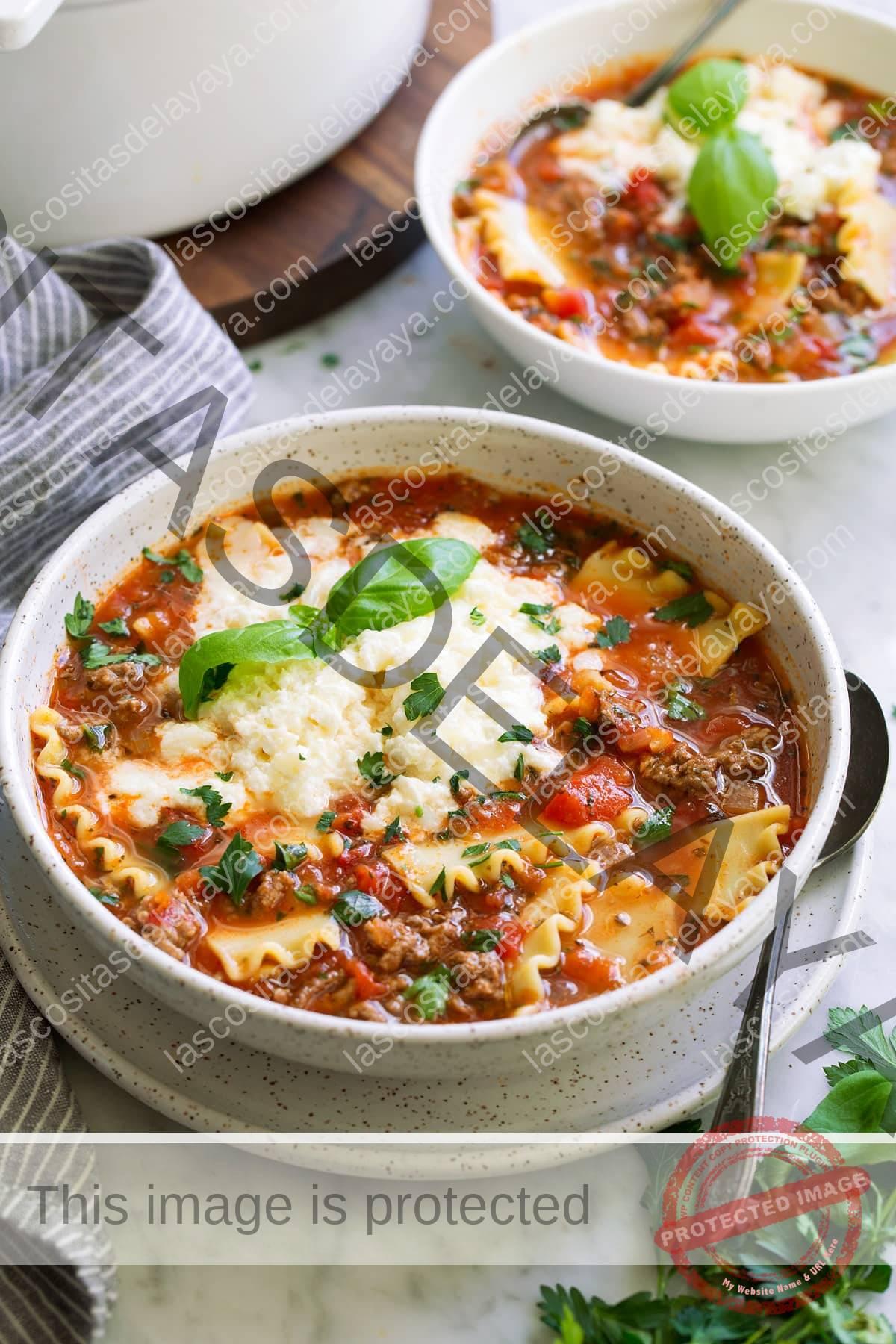 Dos porciones individuales de sopa de lasaña.