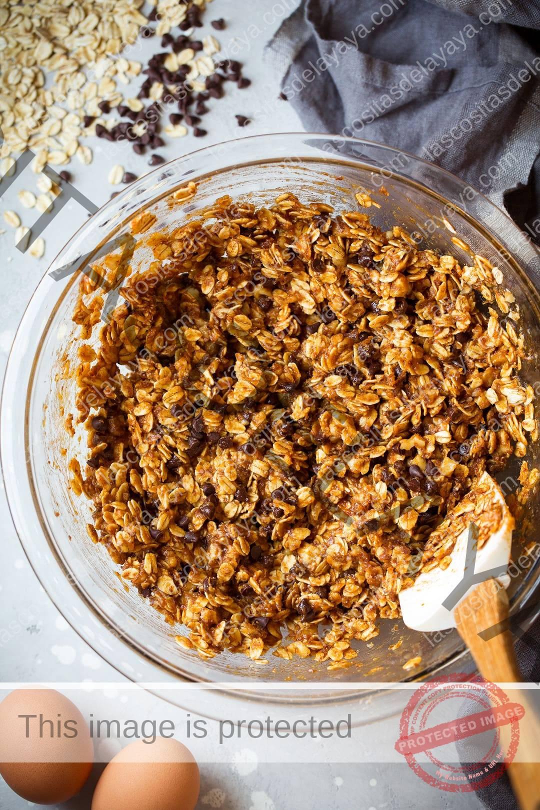 Batir las galletas de desayuno en un bol con avena, calabaza y chispas de chocolate.