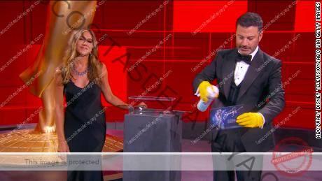 Jimmy Kimmel y Jennifer Aniston en los premios Emmy en septiembre