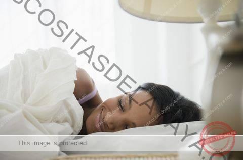 mujer de raza mixta durmiendo en la cama