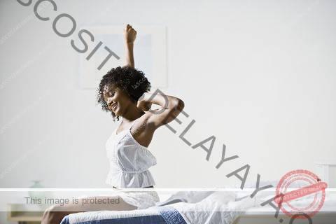 mujer afroamericana estirando