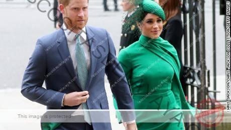 (Desde la izquierda) El príncipe Harry, duque de Sussex, y Meghan, duquesa de Sussex, se muestran aquí el 9 de marzo de 2020 en Londres.