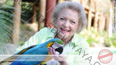 Betty White posa con un loro.