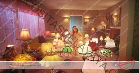 """la sala de estar de selena gomez """"de una vez"""" video musical, que está lleno de lámparas estilo tiffany"""