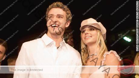 Britney Spears (derecha) y su entonces novio Justin Timberlake (izquierda) llegan al estreno de su película & quot; Crossroads & quot;  en el Teatro Chino Mann de Hollywood el 11 de febrero de 2002.