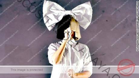 El noveno álbum de estudio de Sia está ligado a su debut como directora, que no está exento de controversia.