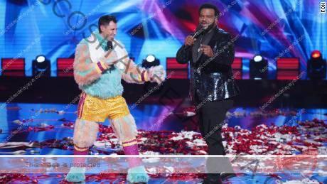 EL CANTANTE ENMASCARADO: LR: Maksim Chmerkovskiy y el anfitrión Craig Robinson en el & quot; Camino a las finales - ¡Pistas finales a la máscara! / ¡El final - ¡Una última máscara!  final de temporada especial de dos horas de THE MASKED DANCER que se transmitirá el miércoles 17 de febrero (8: 00-10: 00 PM ET / PT) en FOX.  © 2021 FOX Media LLC.