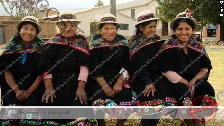 Las mujeres andinas se muestran con trajes tradicionales en una escena de & quot; Andes mágicos: Temporada 2 & quot;  en Netflix.