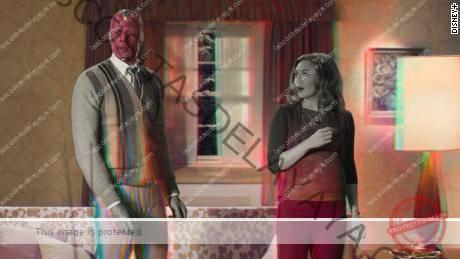 (Desde la izquierda) Paul Bettany y Elizabeth Olsen se muestran en una escena de