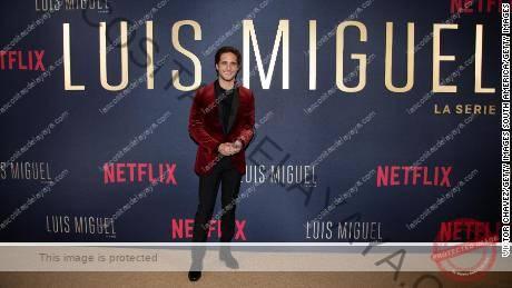 Diego Boneta posa en la alfombra roja durante el 'Luis Miguel'  estreno en Cinemex Antara el 17 de abril de 2018 en la Ciudad de México.