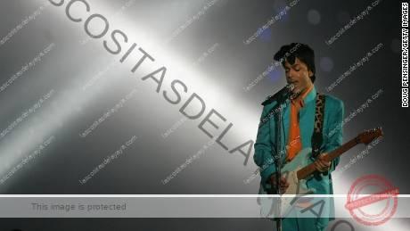 Prince actúa durante el espectáculo de medio tiempo en el Super Bowl XLI en el Dolphin Stadium en Miami Gardens, Florida, 4 de febrero de 2007.