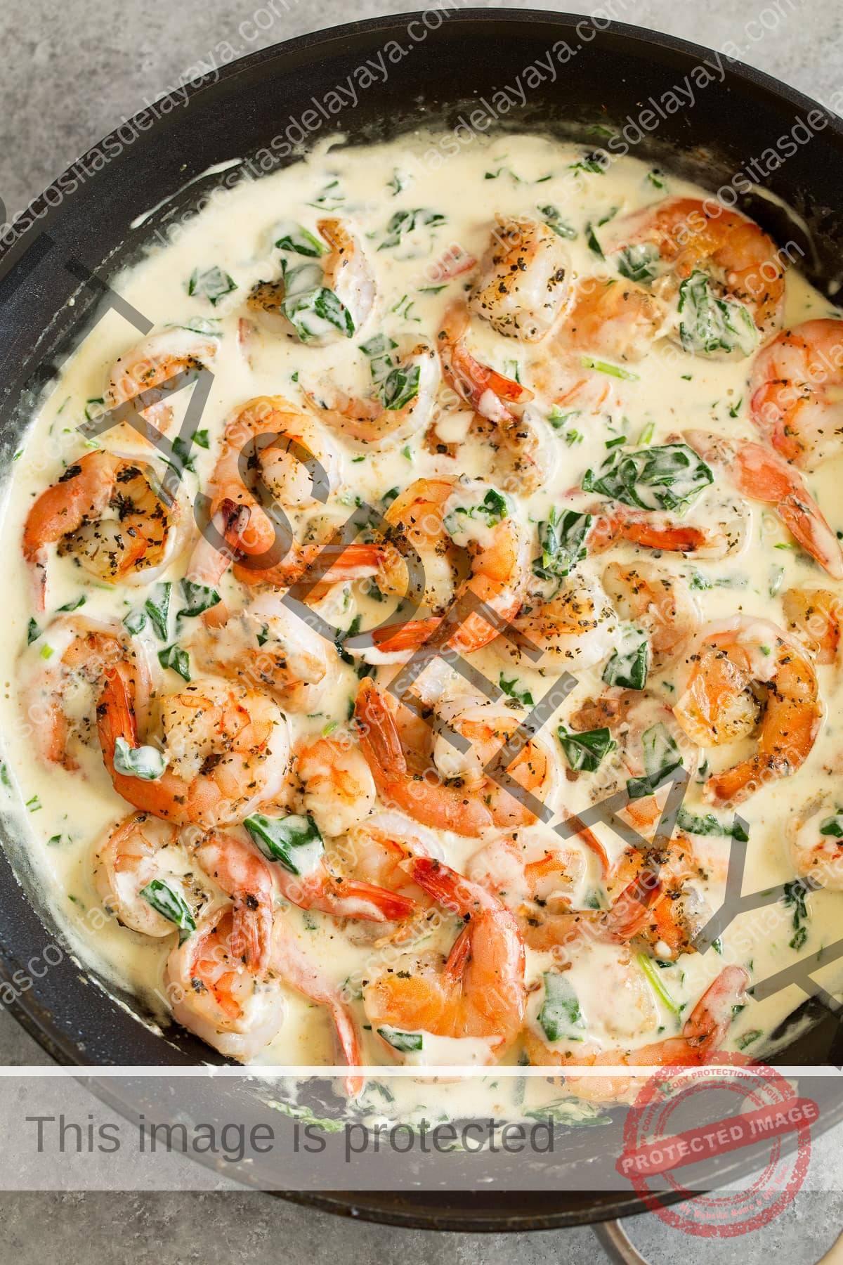 Camarones cremosos de parmesano y espinacas