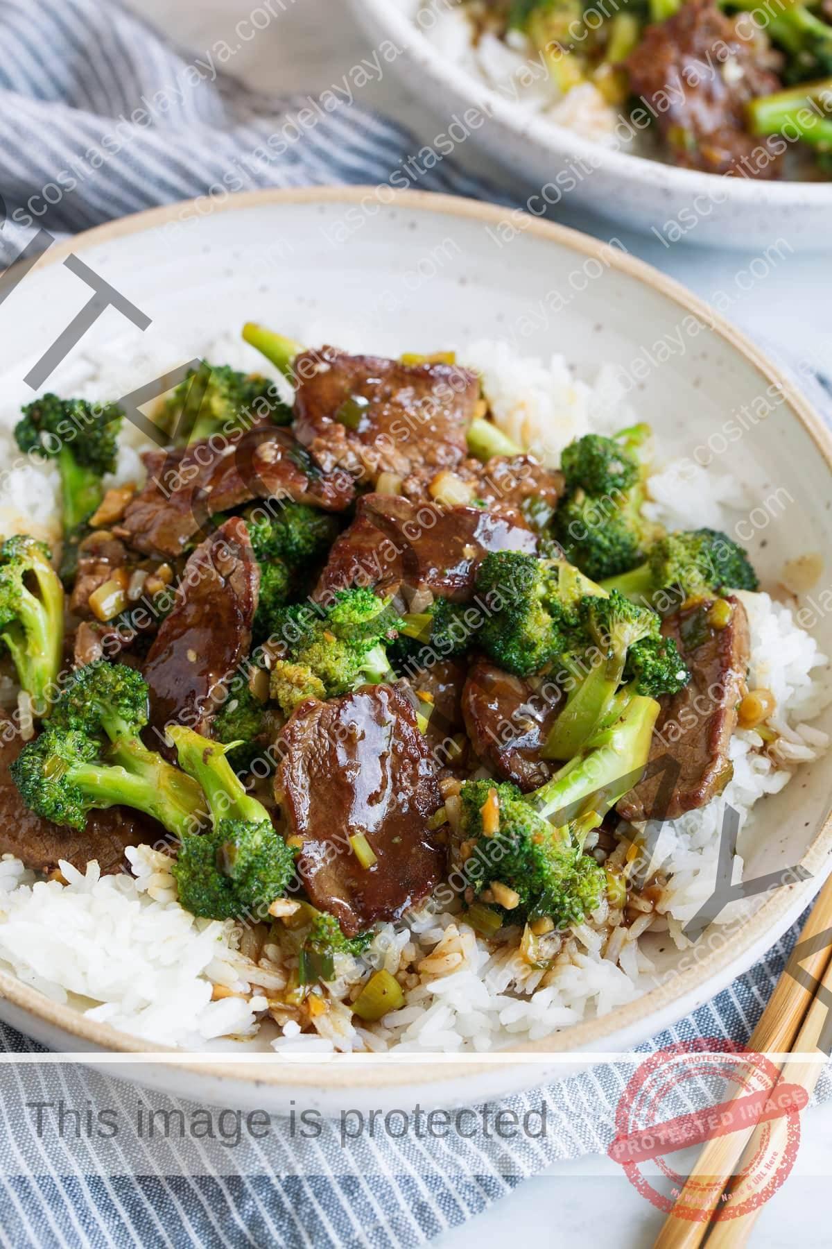 Carne y brócoli con arroz blanco en un bol.