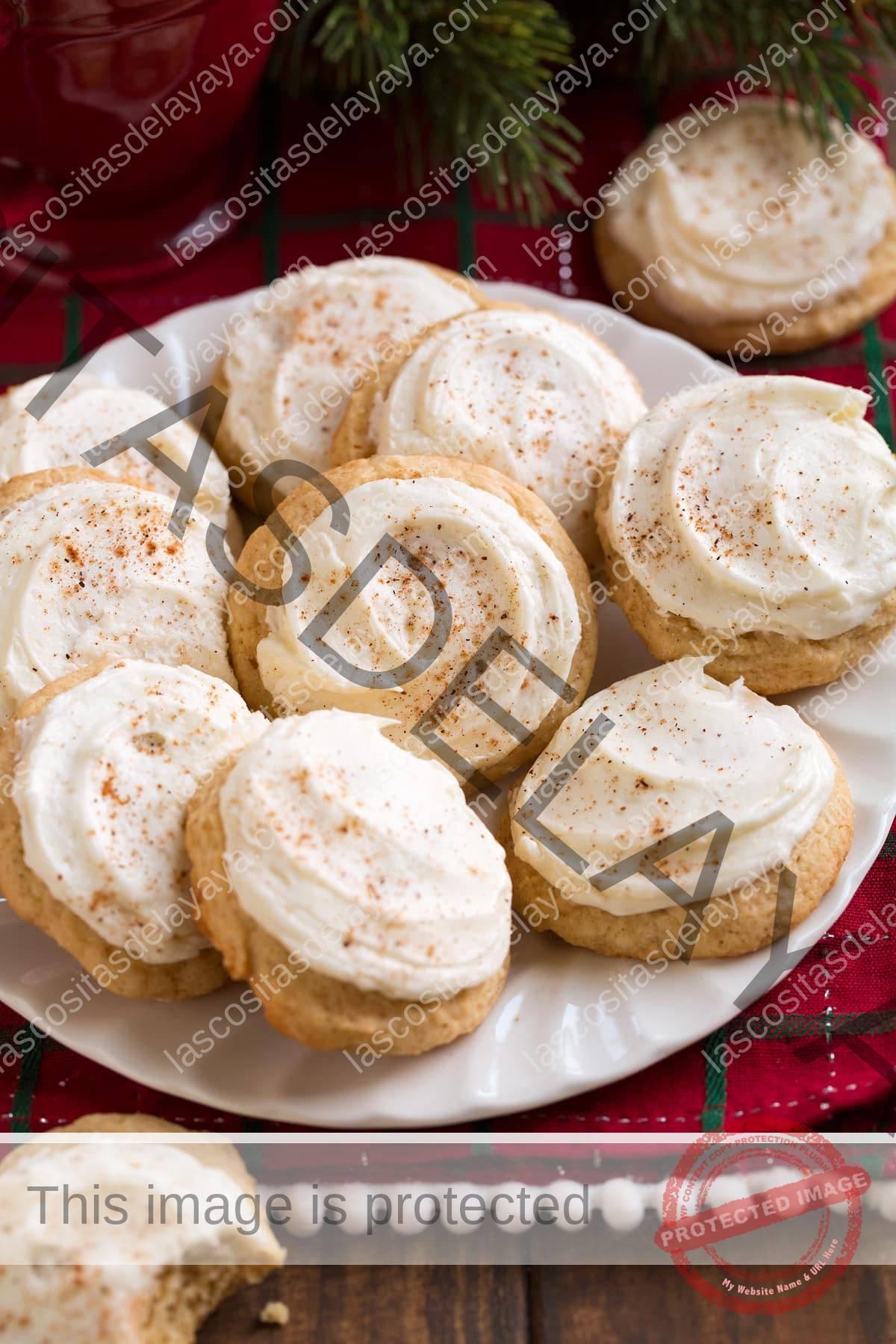 Imagen de un plato lleno de galletas de ponche de huevo congeladas.