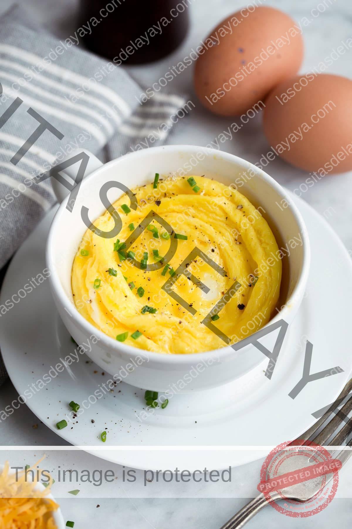 Huevos en el microondas en una taza