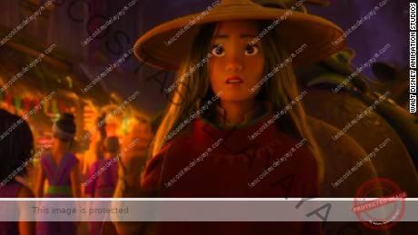 El personaje principal Raya es interpretado por Kelly Marie Tran en