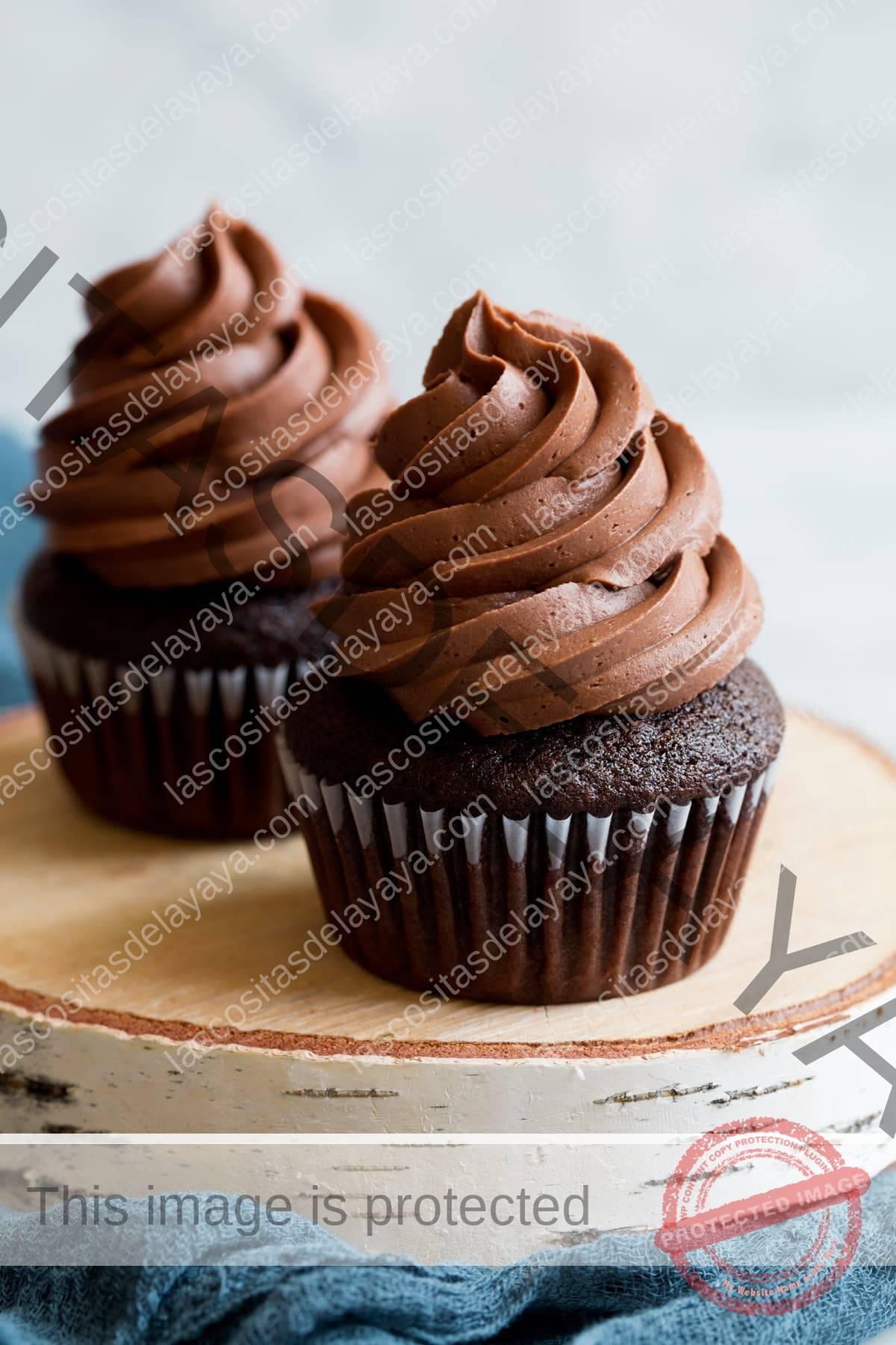 Glaseado de crema de mantequilla de chocolate sobre cupcake de chocolate