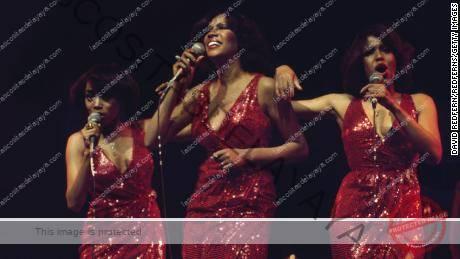 The Supremes (Susaye Greene, Mary Wilson y Scherrie Payne) durante un concierto en vivo en el New Victoria Theatre de Londres, Inglaterra, Gran Bretaña, en abril de 1974.