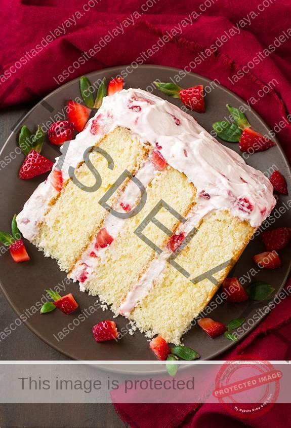 Rebanada de tarta de fresa en un plato