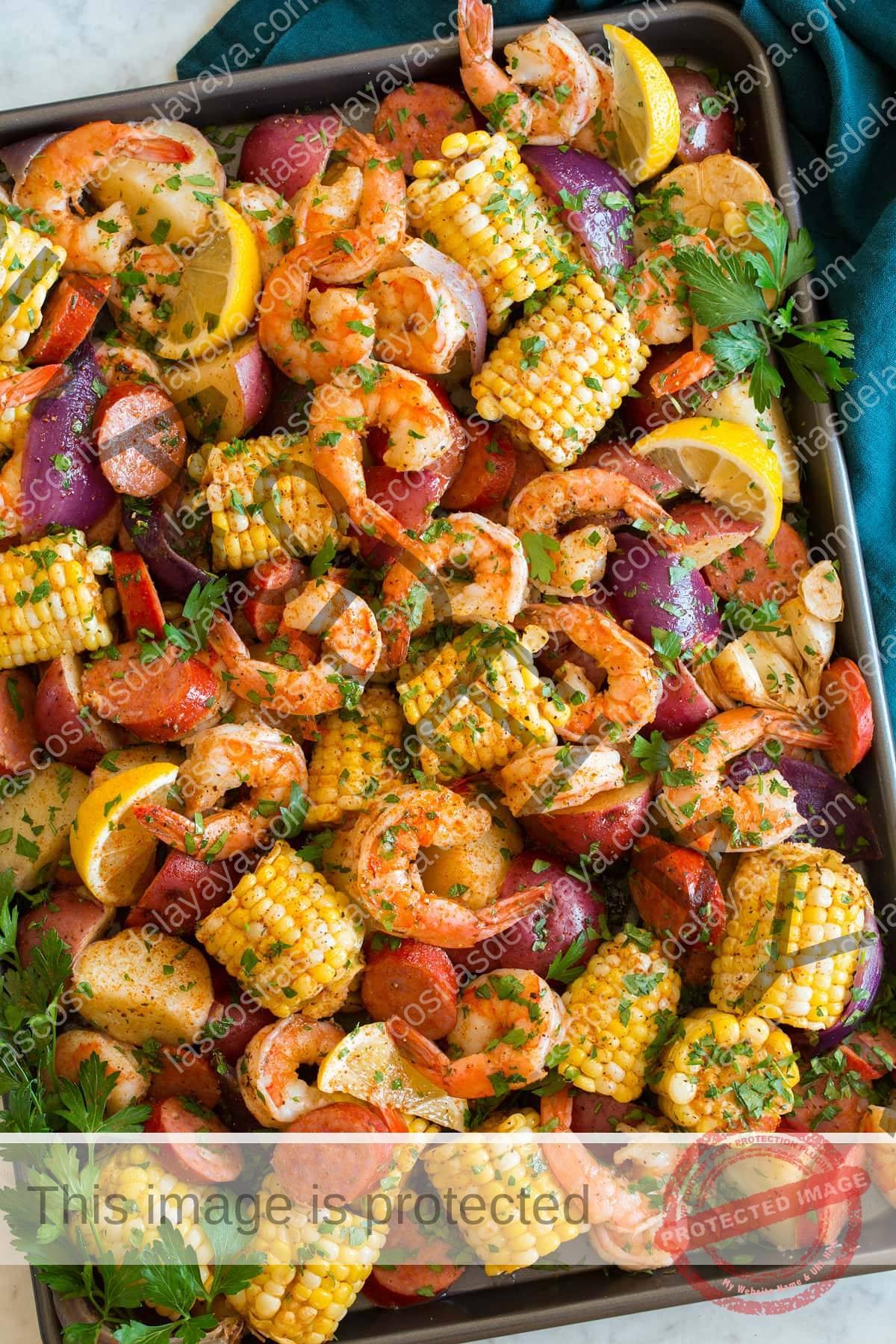 La imagen que se muestra arriba del camarón hirviendo después de la cocción se vertió y se extendió en una bandeja para hornear grande.