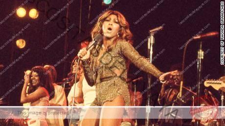 Tina Turner (centro) actúa en la década de 1970, como se muestra en el documental de HBO