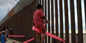 Los balancines rosados, una vez instalados en la frontera entre Estados Unidos y México, ganaron un importante premio de diseño esta semana
