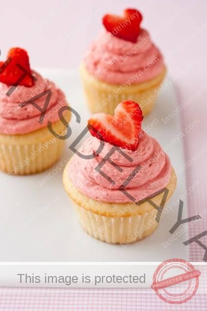 Tres cupcakes de fresa en bandeja blanca