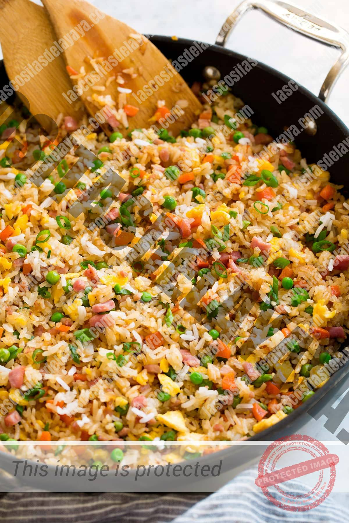Cerrar vista lateral de arroz frito en una sartén.