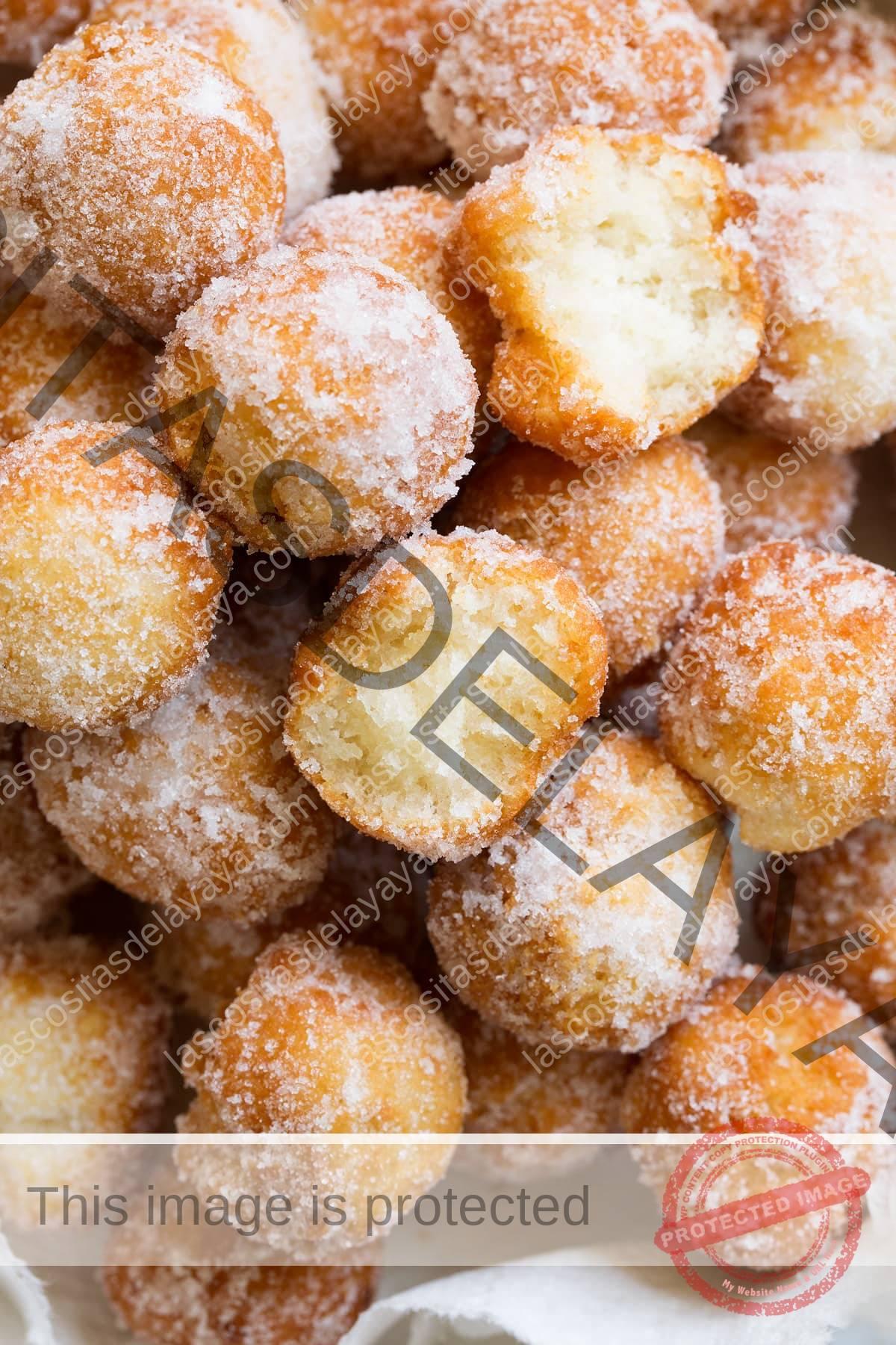 Cerrar imagen de agujeros de rosquilla recubiertos de azúcar canela.