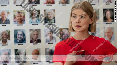 Rosamund Pike interpreta a Marla Grayson en & quot; I Care a Lot & quot; de Netflix.