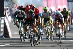 Caleb Ewan supera a Sam Bennett en la séptima etapa del UAE Tour y Tadej Pogačar sella la general